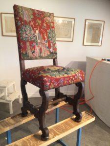 Barockstol med ett broderat tyg.